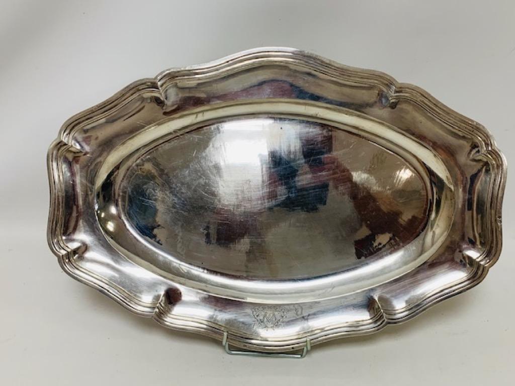 @1024-77 - Grand plat de service de forme ovale en argent modèle filets à bords contours à décor gravé d'armoiries. Poinçons au 1er coq. Adjugé 500€