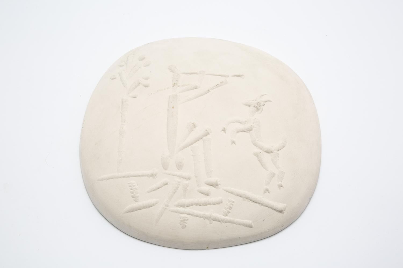 101 - Pablo PICASSO (1881-1973). Joueur de flûte et chèvre. Plaque murale convexe en terre de faience. Cachet Madoura, empreinte Picasso. Adjugé 2600€
