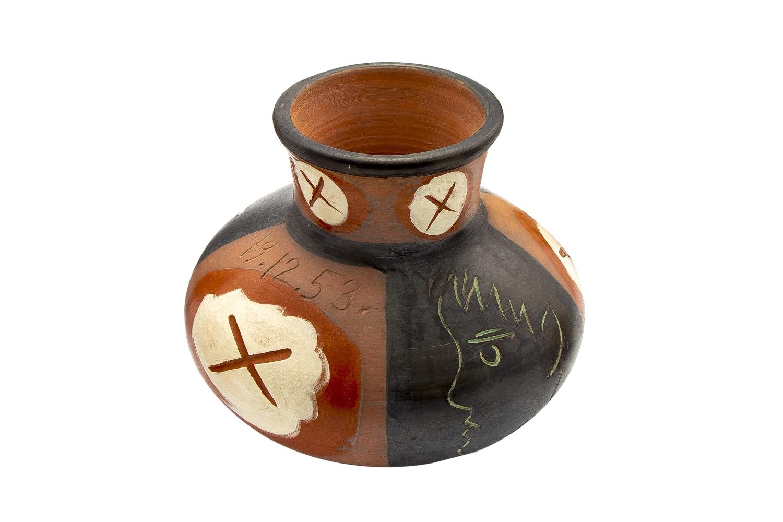 102 - Pablo PICASSO (1881-1973). Visage de profil. Vase tourné en terre de faience. Cachet Madoura, Edition Picasso. Adjugé 18000€