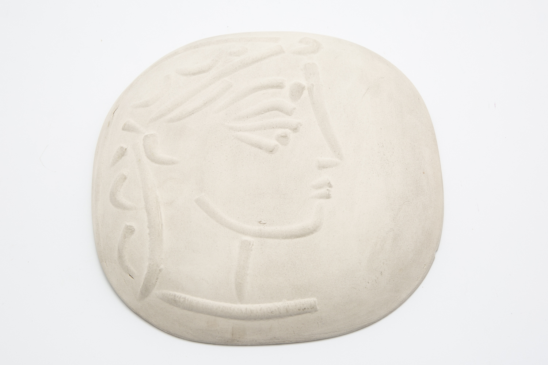 103 - Pablo PICASSO (1881-1973). Profil de Jacqueline. Plaque murale convexe en terre de faience. Adjugé 3500€