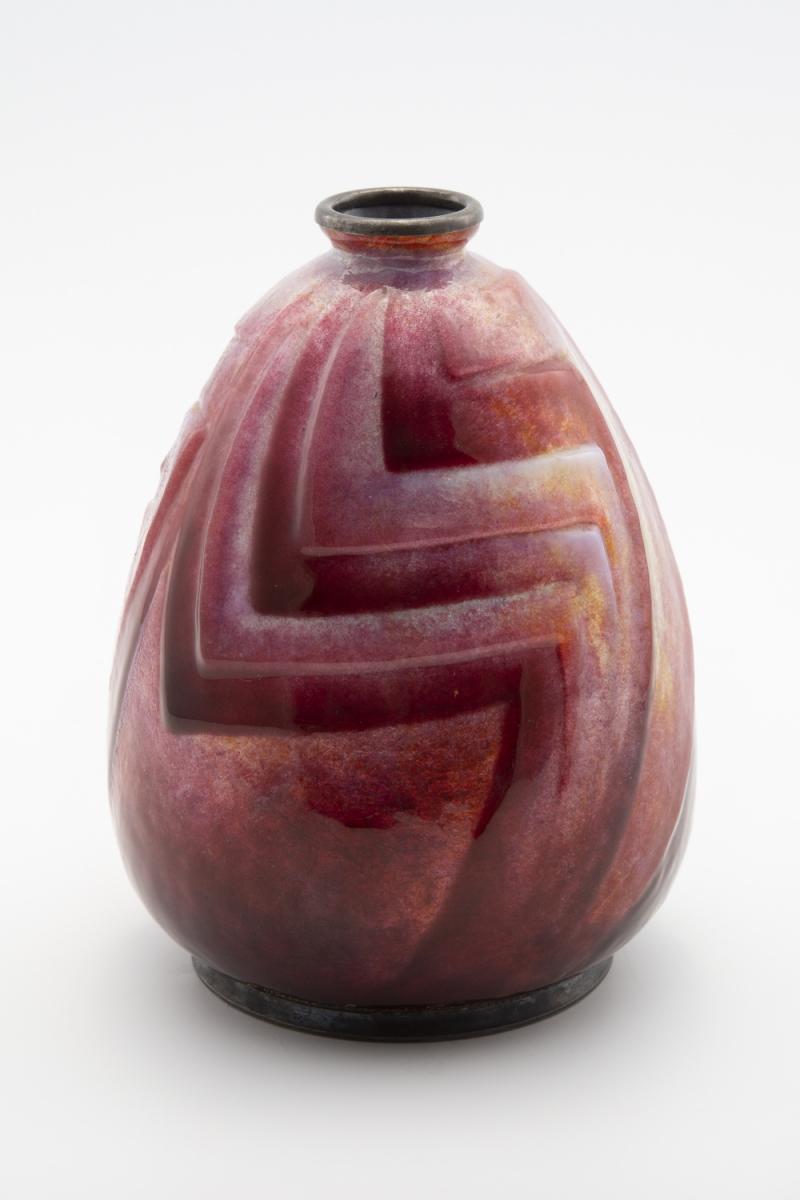 116 - Camille FAURE (1874-1956). Vase balustre en laiton à décor réalisé aux épais émaux translucides et opalescents. Adjugé 2000€