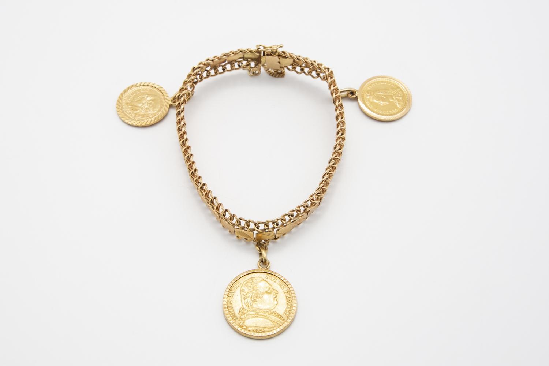12 - Bracelet en or jaune 18K 750° avec 3 pièces en breloque. Adjugé 900€