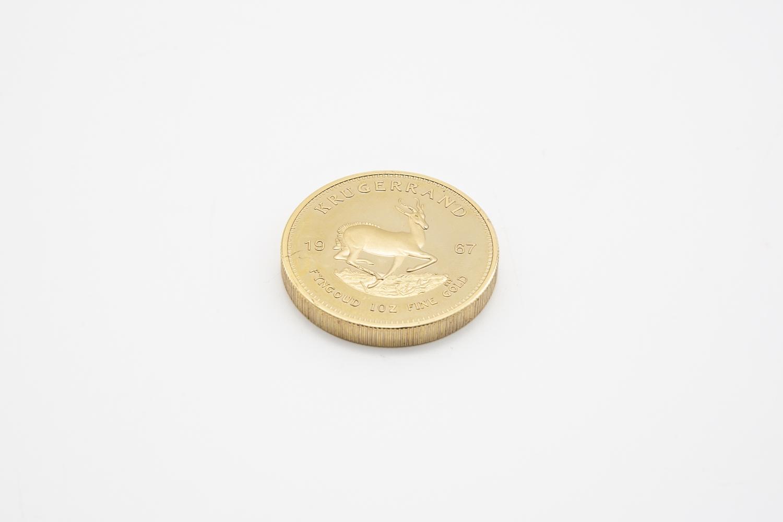17 - Pièce en or jaune Krugerrand datée 1967. Adjugé 1200€