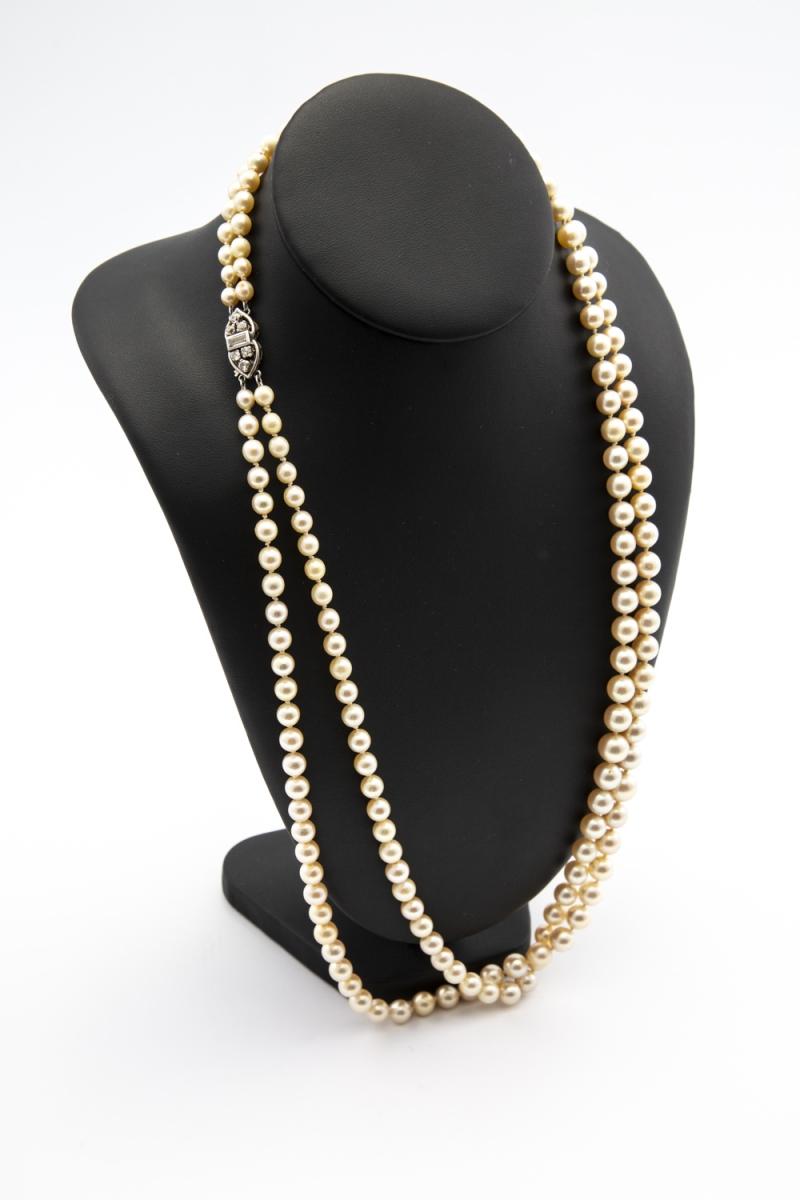 19 - Sautoir double rang en perles de culture. Adjugé 900€