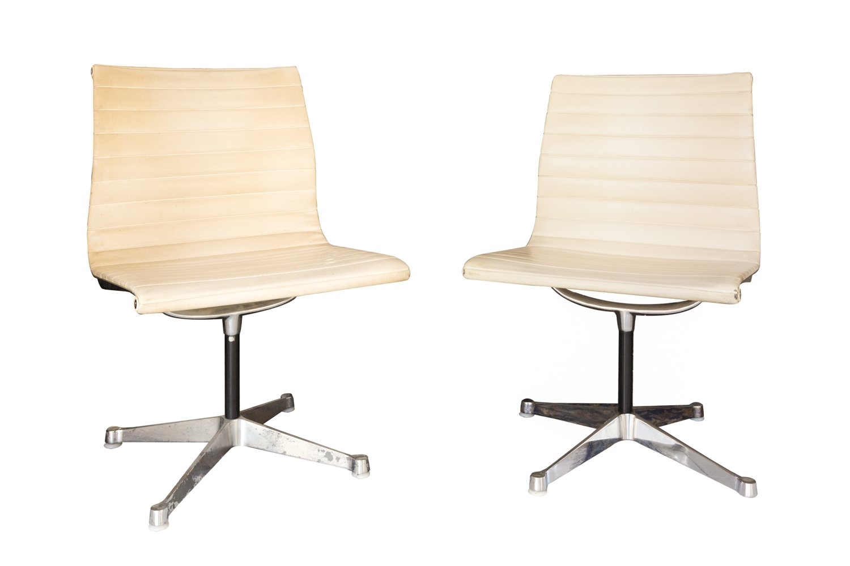 197 - Ray&Charles EAMES. Paire de chaises à structure inox en métal brossé et garniture en cuir. Edition H.Miller. Adjugé 1500€
