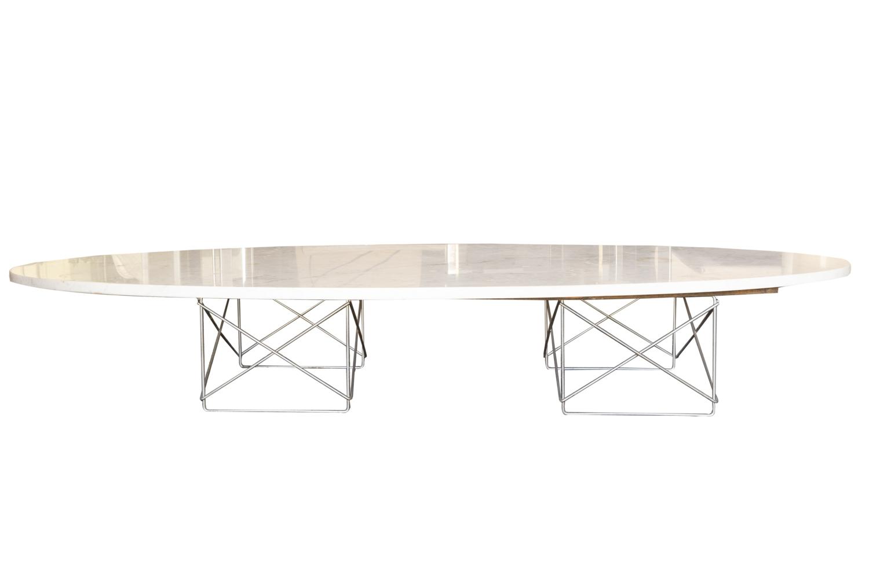 199 - Ray&Charles EAMES. Table basse modèle Surfboard à double piètement en métal chromé et plateau elliptique en marbre. Adjugé 700€