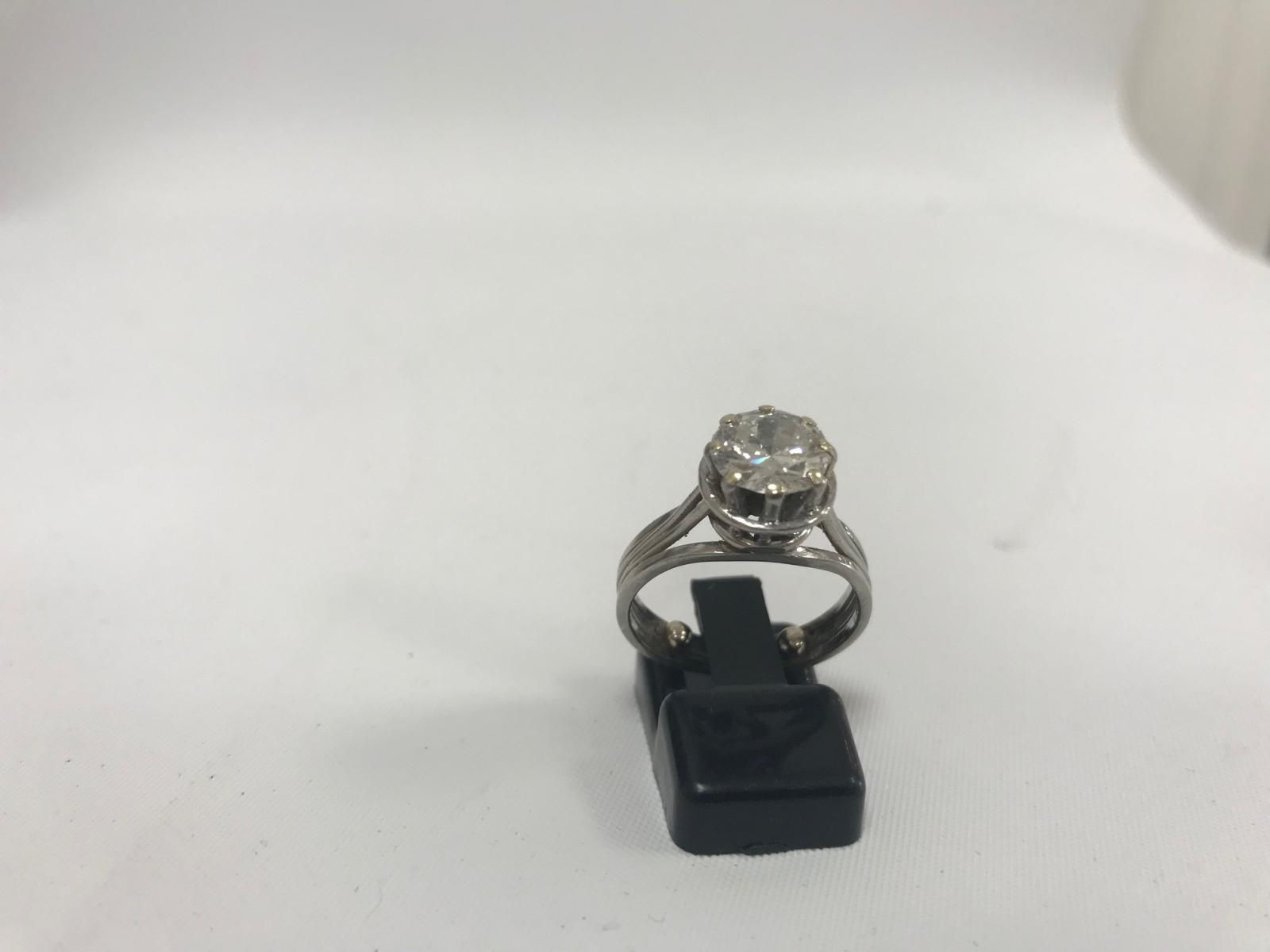 30-1 Bague solitaire en or gris sertie d'un diamant de taille moderne d'environ 2cts. Adjugé 2900€