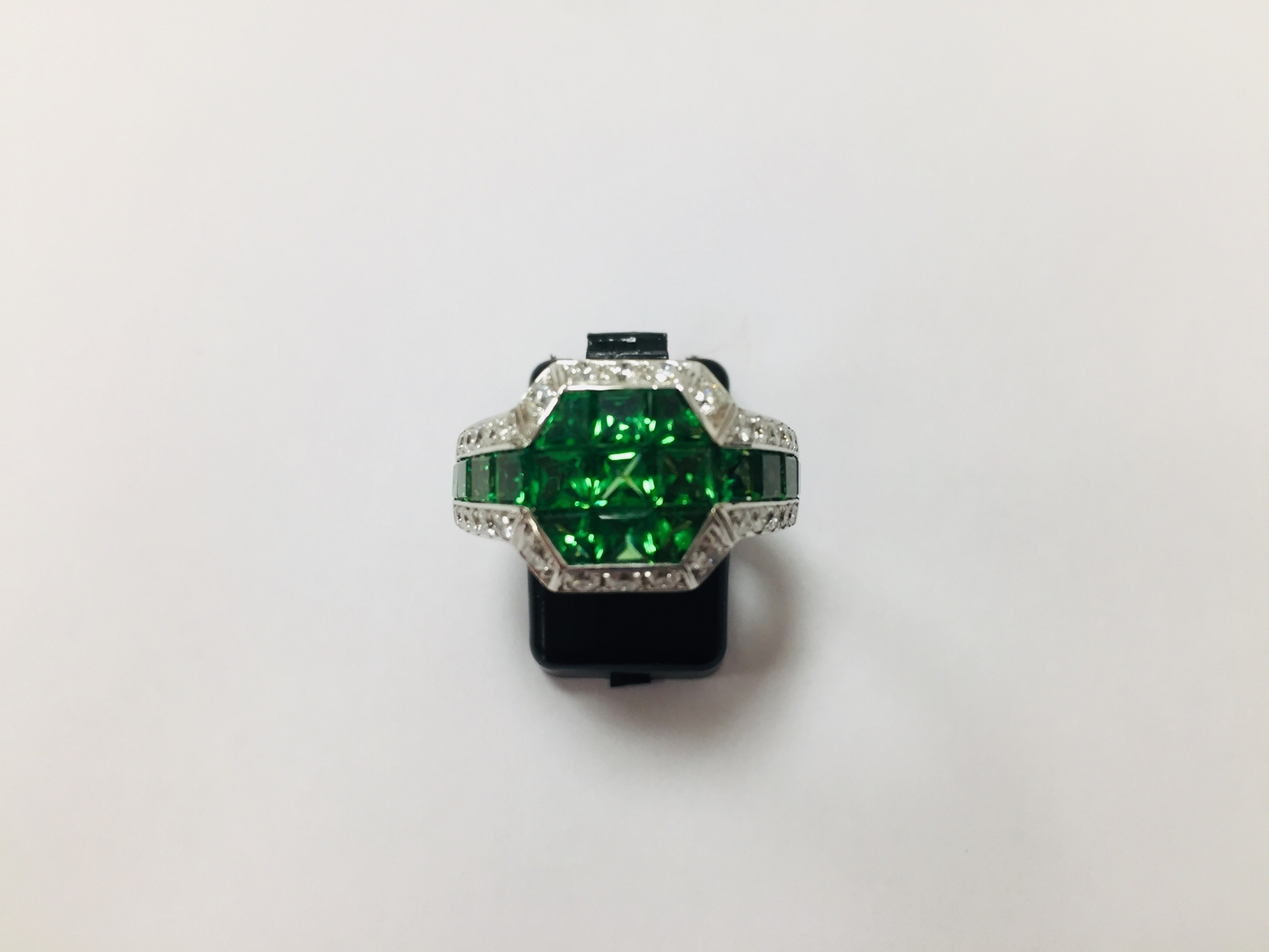 39 - Bague en or blanc18K 750° sertie invisible de grenats verts, tsavorites et diamants. Adjugé 1000€