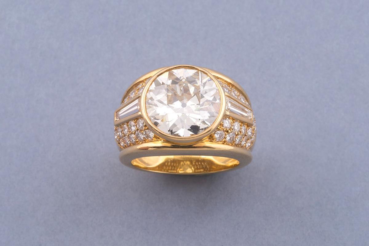 50 - Bague double en or jaune 18K 750° ornée au centre d'un diamant d'environ 5cts. Adjugé 20000€