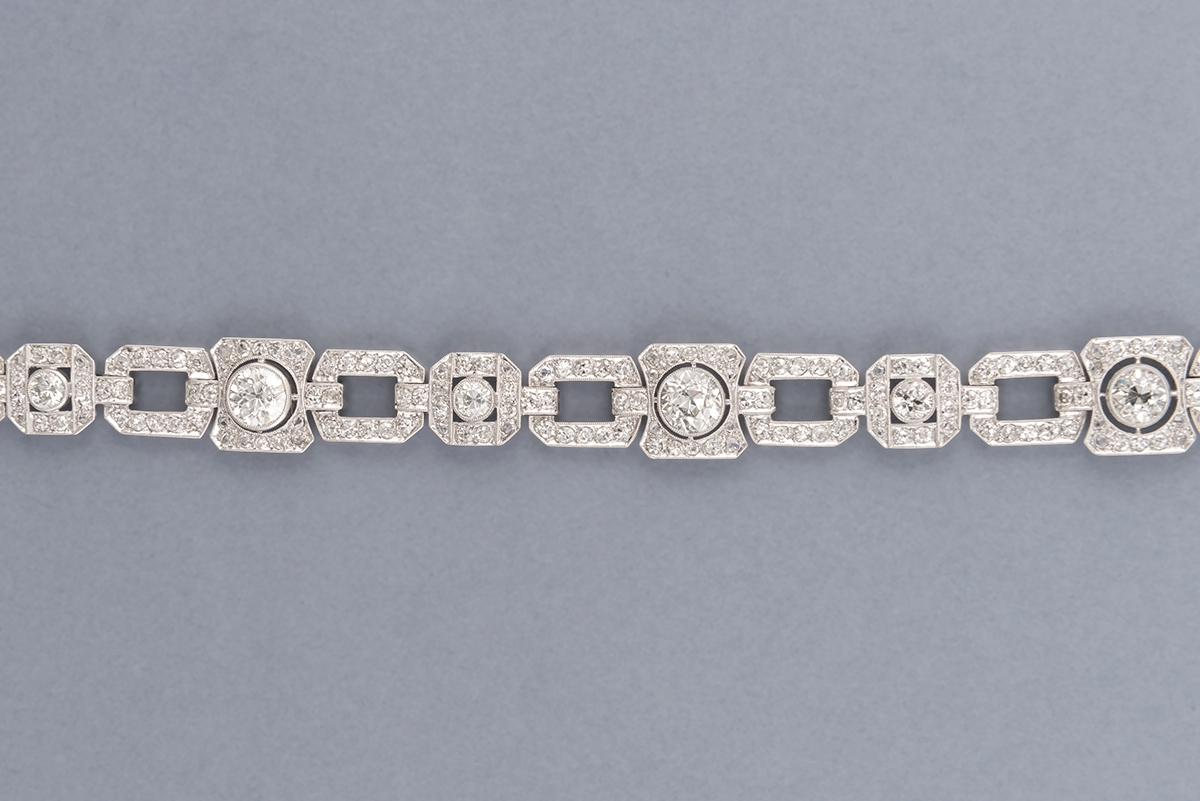 51 - Barcelet articulé en or blanc, platine et diamants style Art Déco. Adjugé 8000€