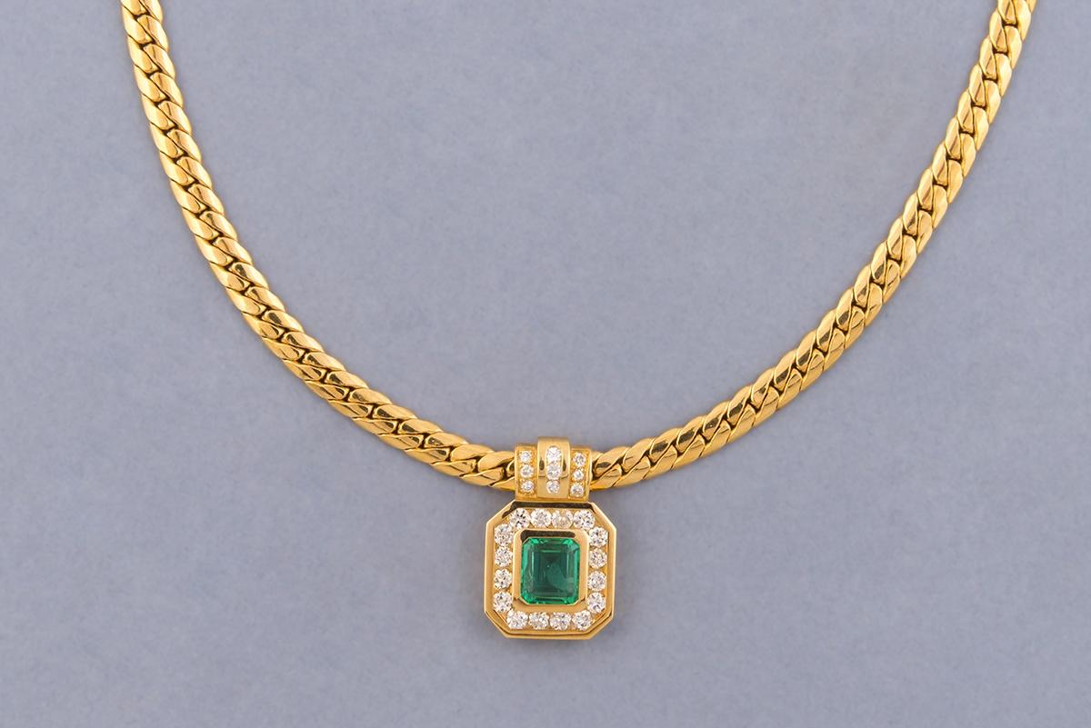 52 - Demi-parure en or jaune 18K 750° composée d'un collier et d'une bague ornés d'émeraudes. Adjugé 4000€ (1)