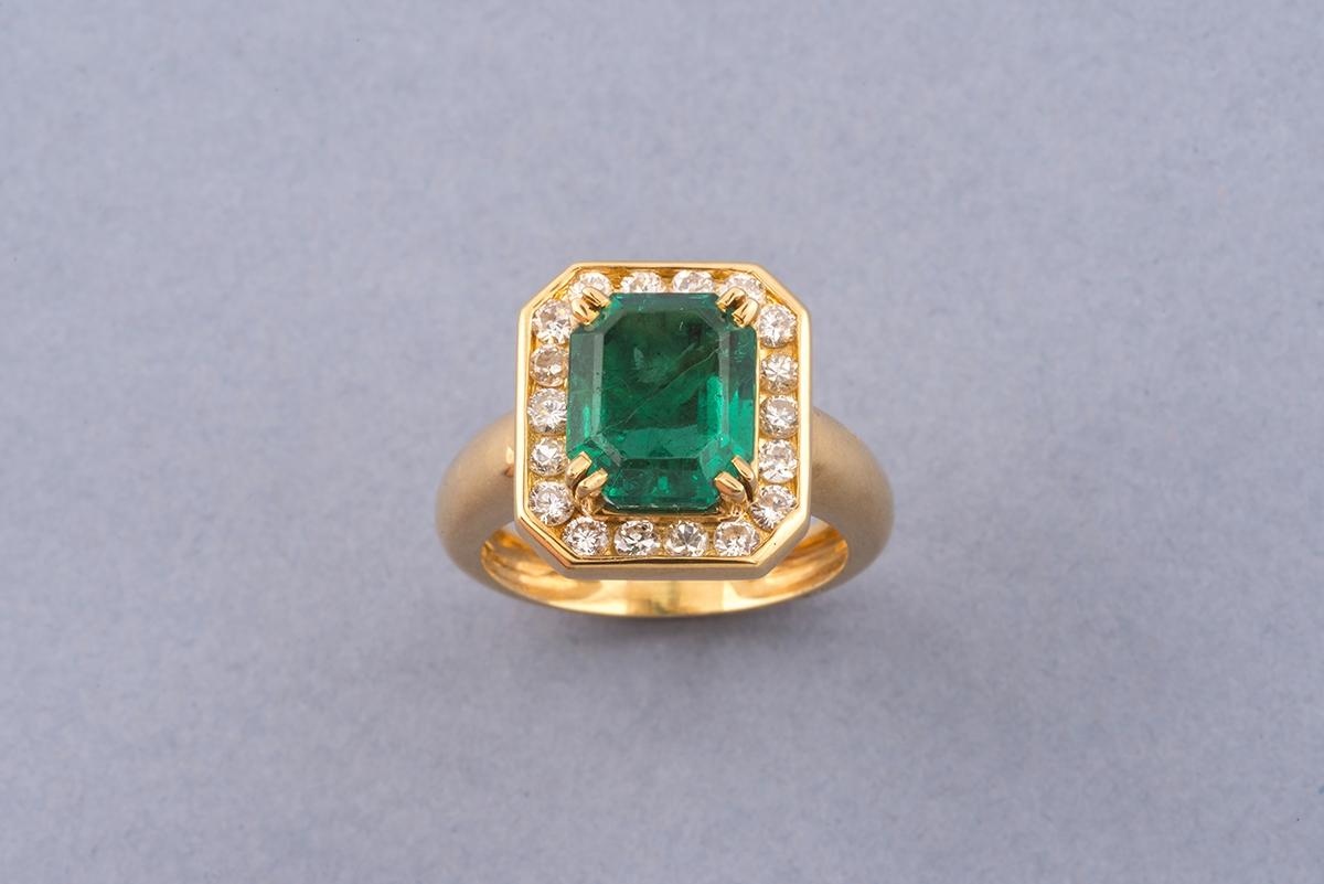 52 - Demi-parure en or jaune 18K 750° composée d'un collier et d'une bague ornés d'émeraudes. Adjugé 4000€ (2)