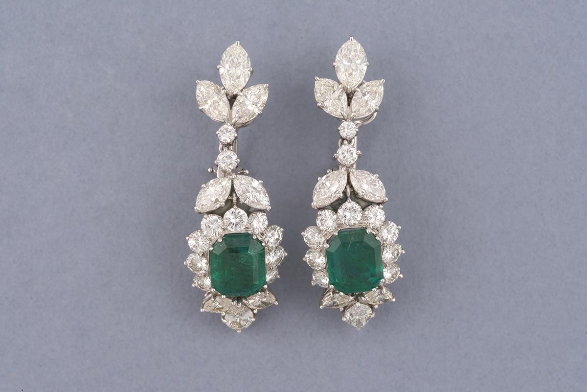 53 - Paire de pendants d'oreilles sertis de diamants et émaraudes. Adjugé 5700€