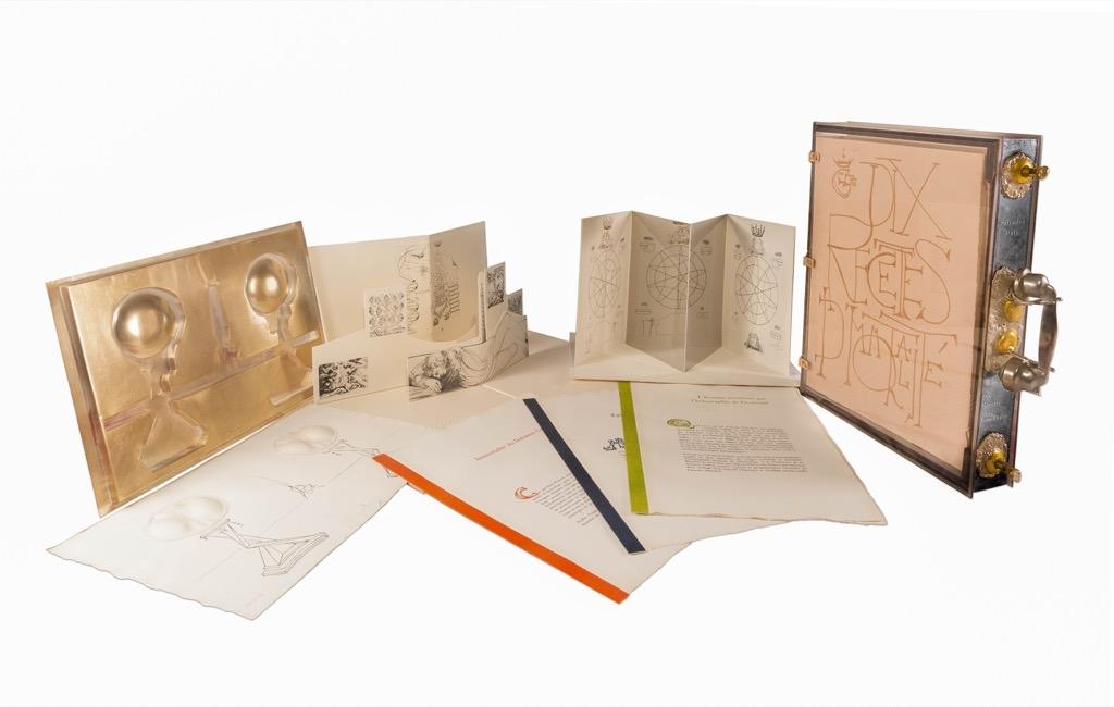 200 - Salvador DALI. Dix recettes d'immortalité. Valise sculpture contenant 11 gravures. Adjugé 6200€