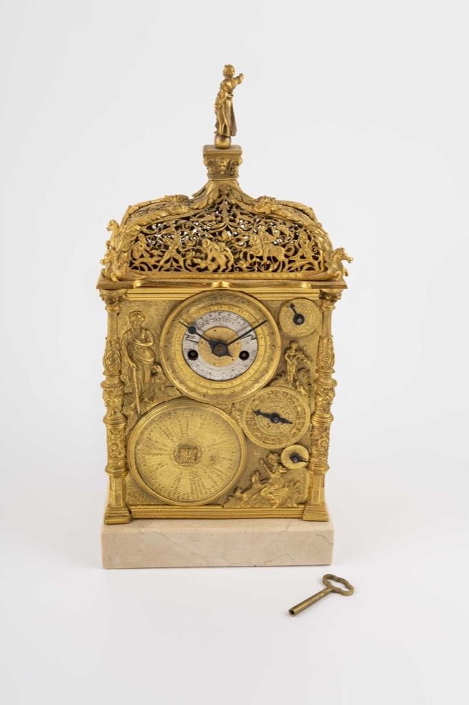 82- Horloge astronomique double face en laiton et cuivre. 29x15x8,5cm. Adjugé 1050€