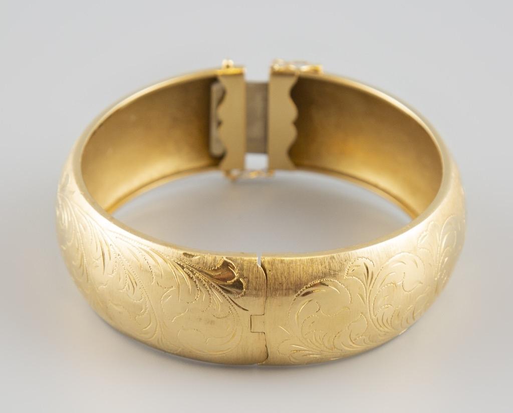 11- Bracelet jonc en or jaune 18K 750° gravé de motifs floraux. Poids 36,8g.Adjugé 1200€