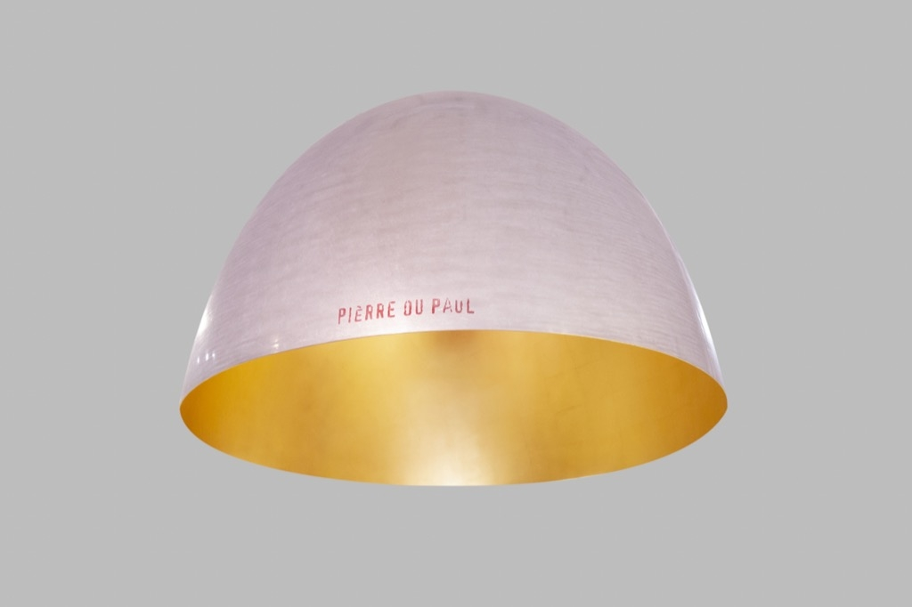 165- Ingo MAURER pour PIERRE OU PAUL. Lustre modèle Globulus XXL en aluminium, surface intérieure dorée à la main. D97cm. Adjugé 1800€