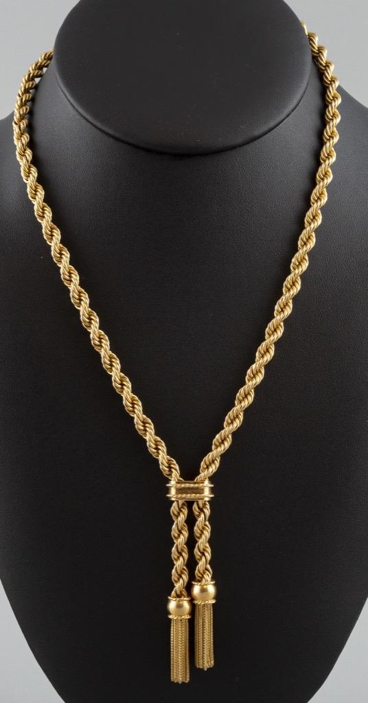 20- Collier cravate à pompons en or jaune 18K 750°. Poids 30,6g. Adjugé 1100€