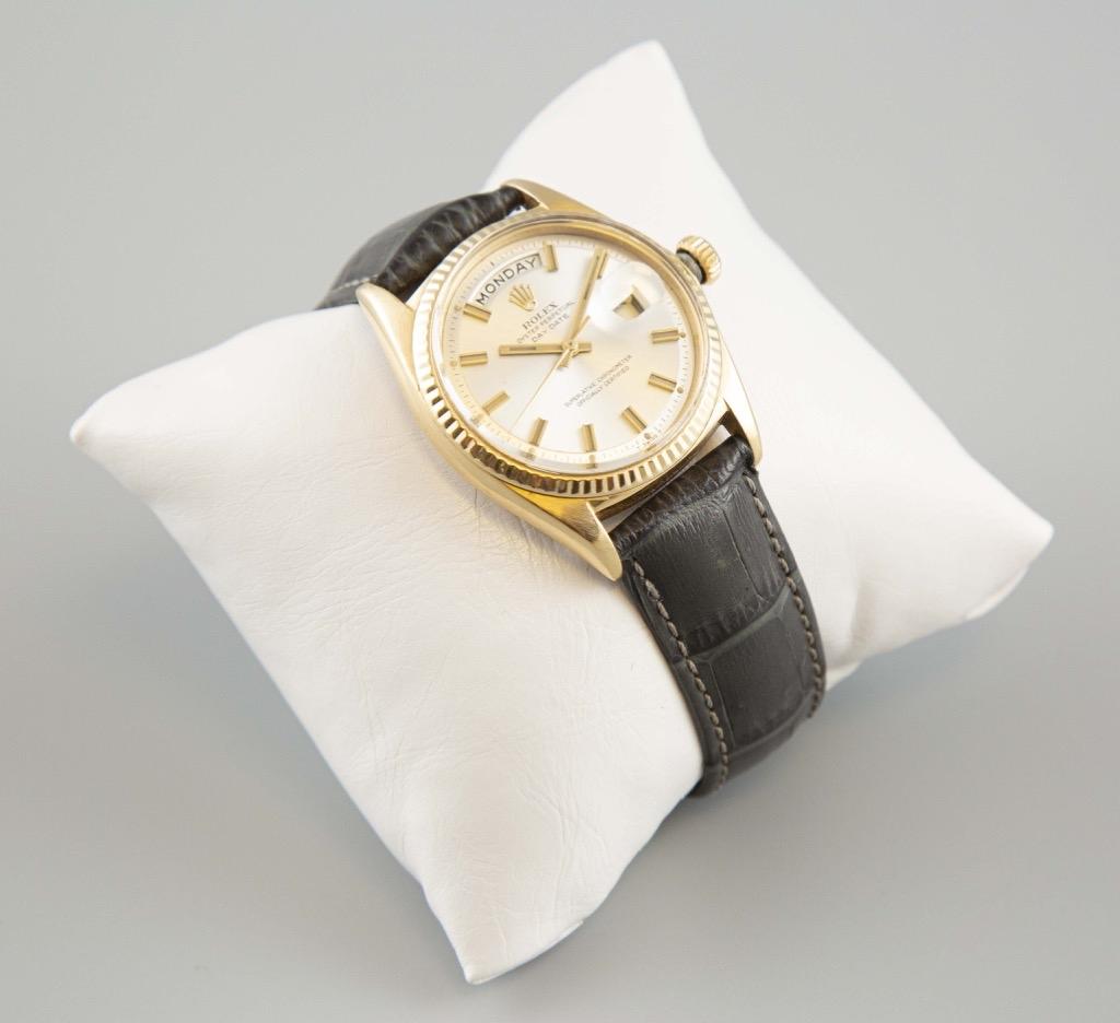 35- ROLEX. Montre d'homme modèle 1803 Oyster perpetual day date en or jaune sur bracelet en alligator. Poids brut 70,5g. Adjugé 4500e