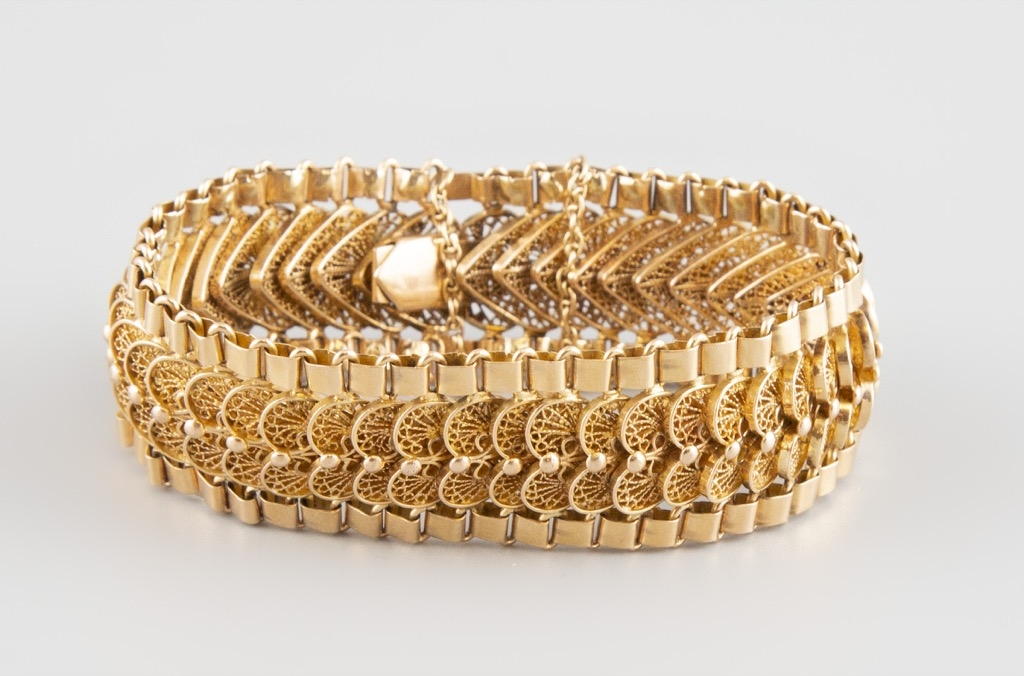 74- Bracelet articulé en or jaune. Poids 66,5g. Adjugé 2050€