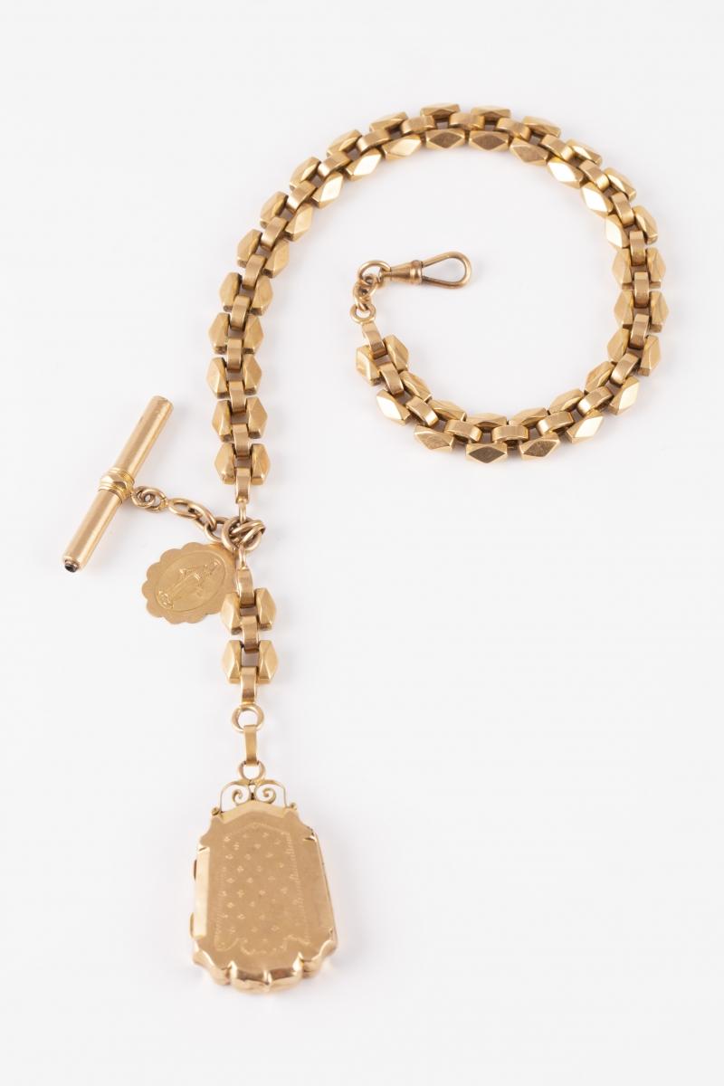 13 Giletière en or jaune avec pendentif porte-photo et médaille. Adjugé 1550€