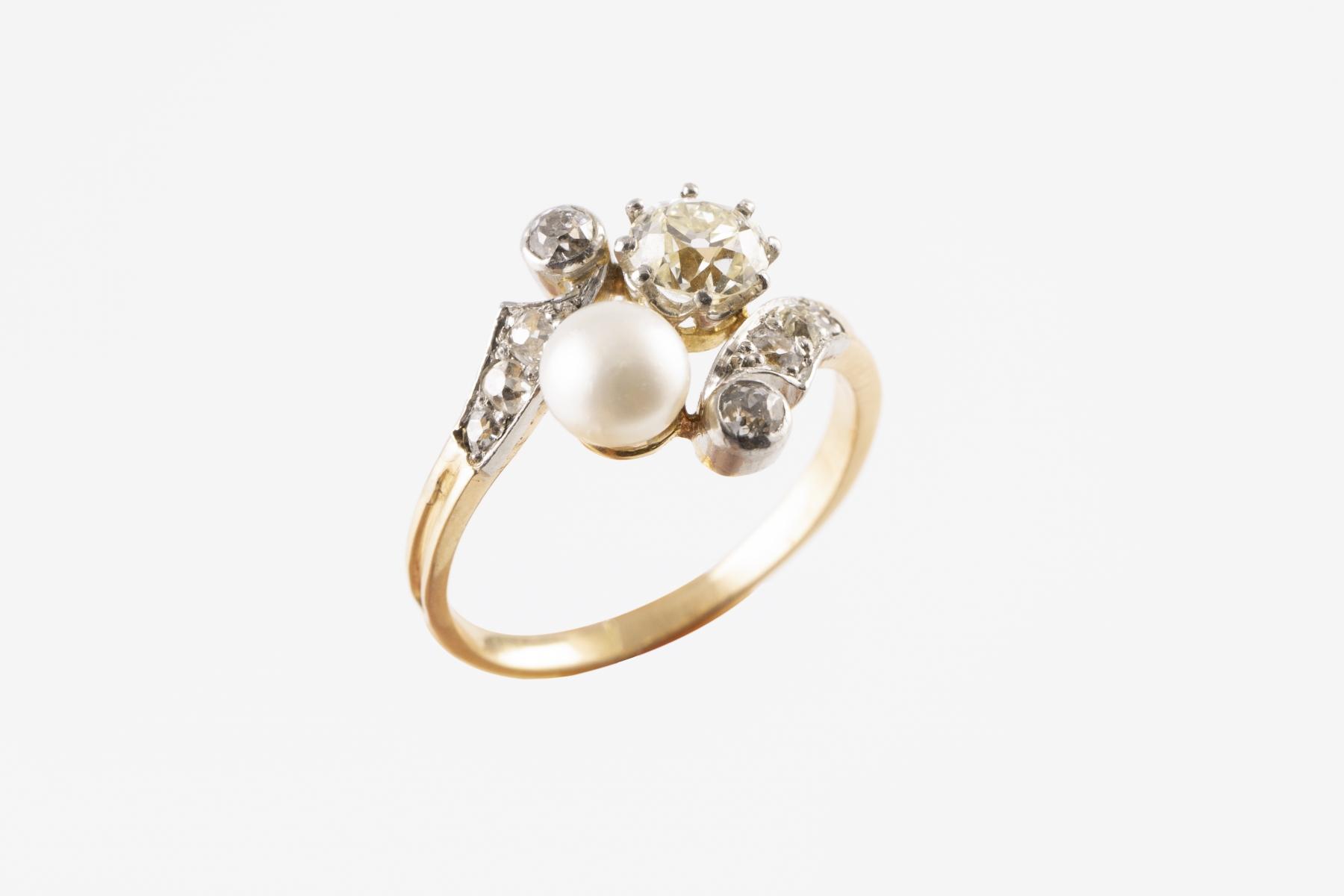 35 Bague toi et moi en or jaune et blanc sertie d'une perle de culture et de diamants pour un poids d'environ 1,2cts. Adjugé 1400€