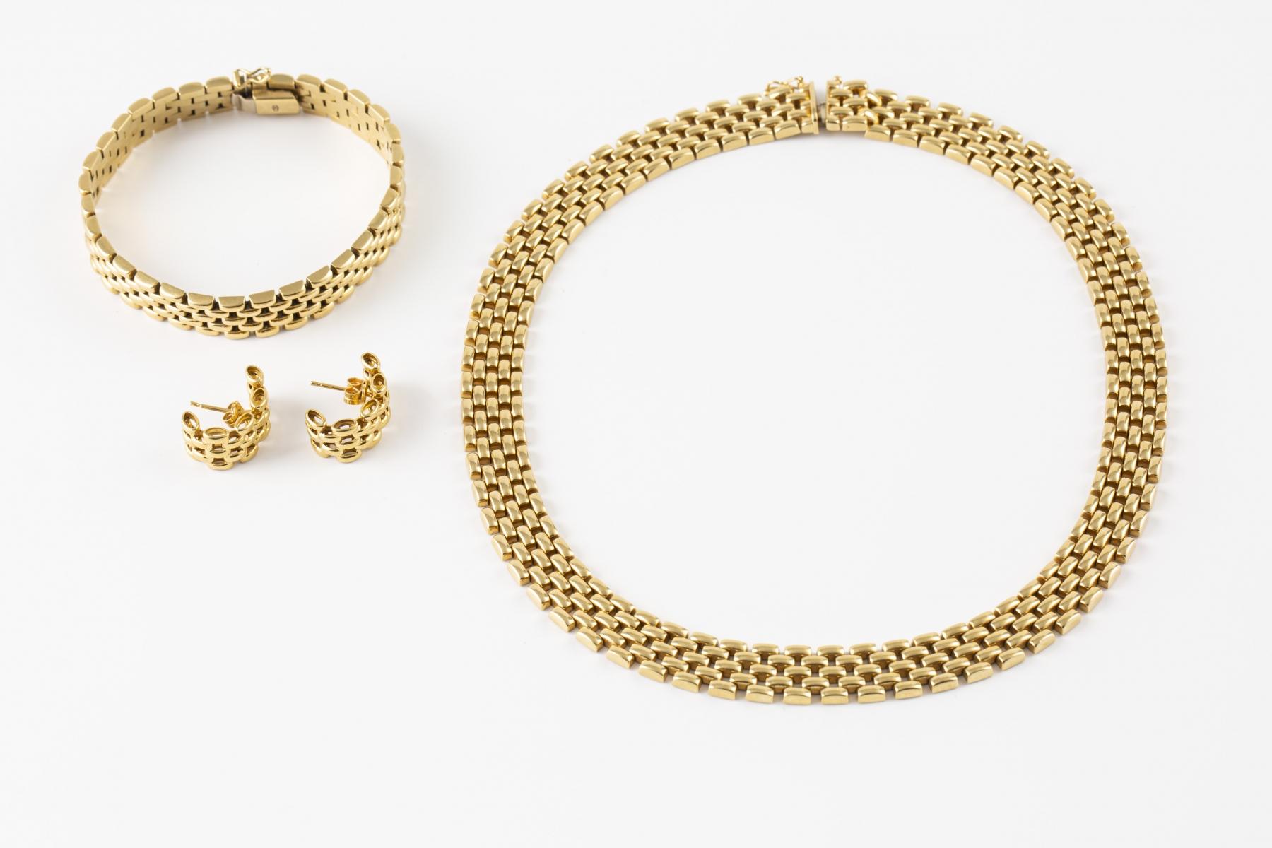 40 Parue en or jaune comprenant un collier articulé, un bracelet et une paire de boucles d'oreilles assorties.Adjugé 2800€