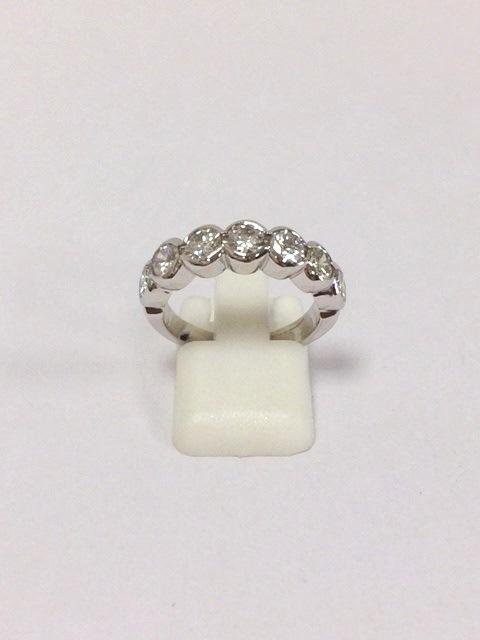 94 Demi-alliance en or blanc sertie de diamants pour un poids d'environ 1,68cts. Adjugé 1500€