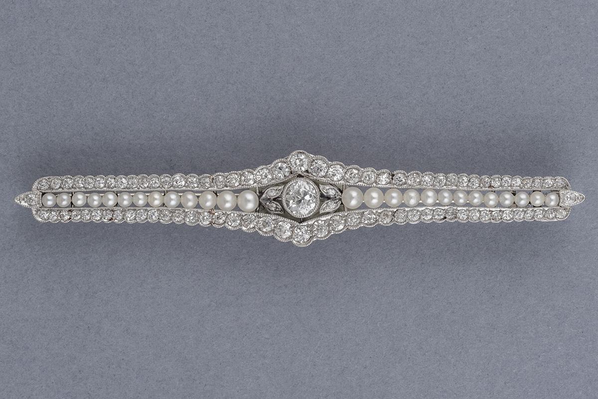 40- Broche en or blanc 18K ornée de perles et de diamants (env.1,1cts). Poids brut 8,5g. Adjugé 1500€