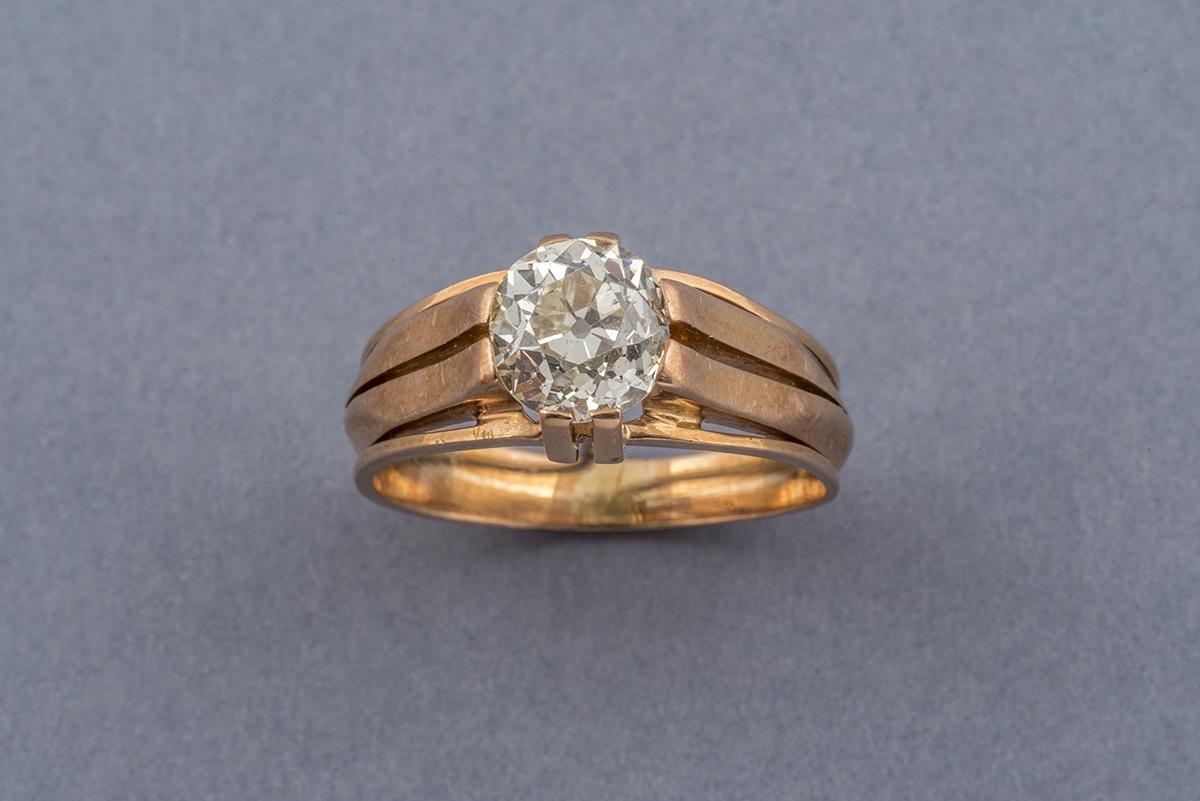 72- Bague solitaire en or jaune 18K sertie d'un diamant taille ancienne (env.0,9cts). Poids brut 5,2g. Adjugé 2000€
