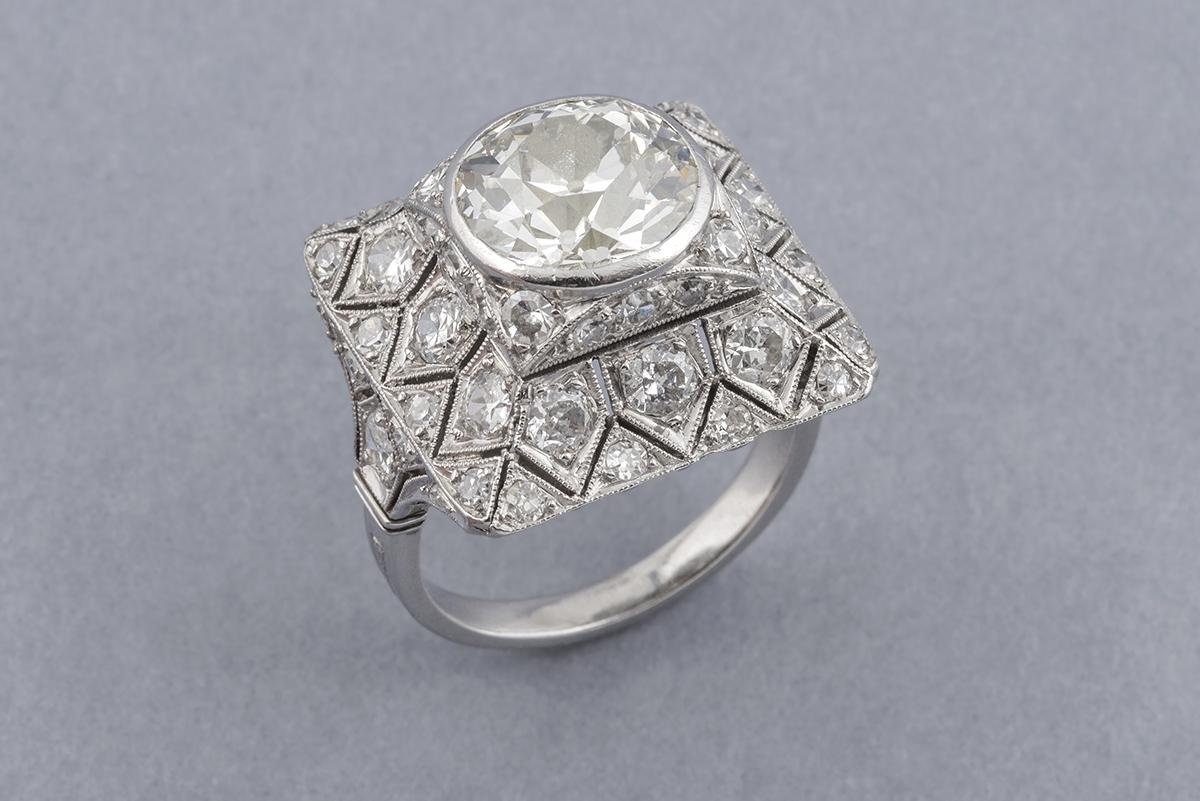 95- Bague années 20 en platine sertie d'un diamant central taille ancienne (env.4cts) entouré de diamants. Poids brut 11g. Adjugé 20100€