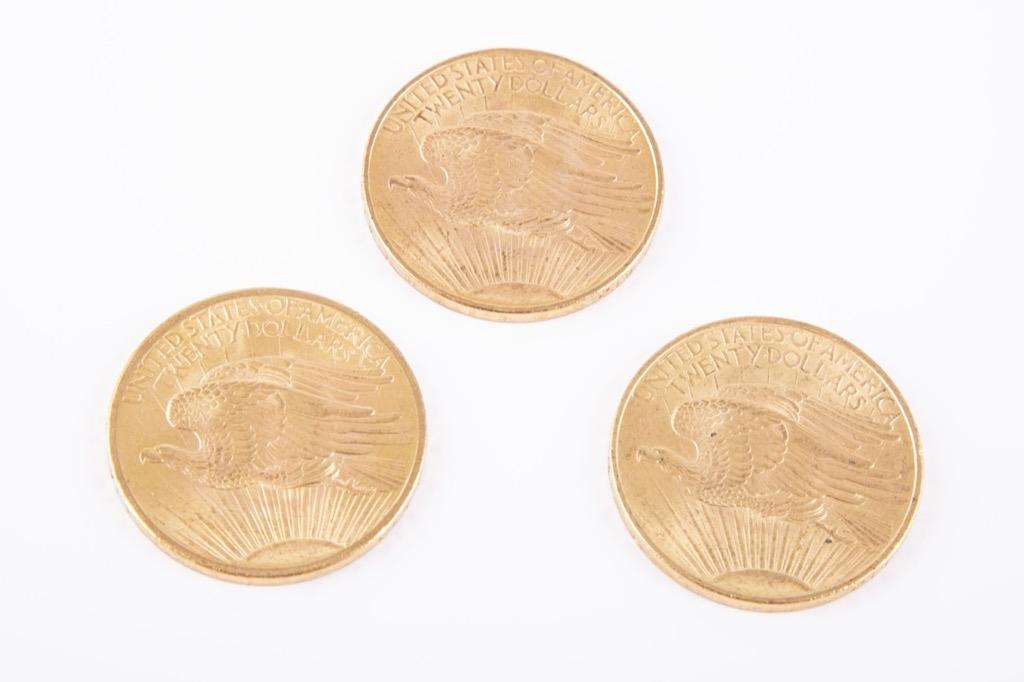 129 (2) Lot de trois pièces de 20 dollars or (statue sans devise) 1908 Philadelphie. Poids total 100,3g. Adjugé 4200€