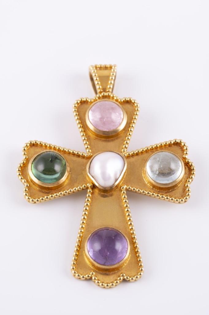 55 Pendentif broche en or jaune 18K orné d'uen perle baroque en son centre et de cabochons de pierres fines. Poids 33,8g. Adjugé 1100€