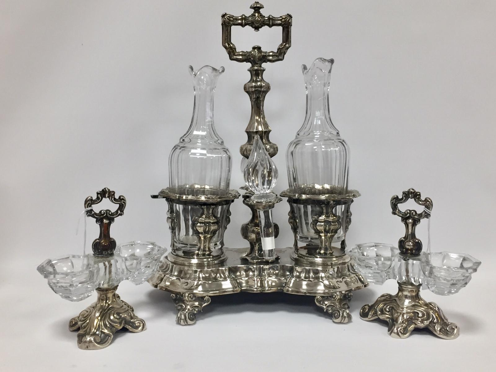 60 - Huilier vinaigrier en argent poinçon Minerve et ses flacons en cristal. Adjugé 260€
