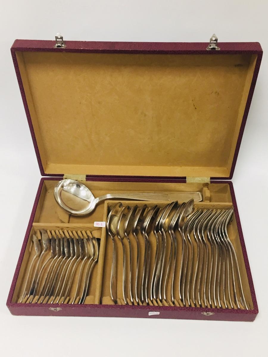 70-1  François FRIONNET. Ménagère en métal argenté composée de 37 pièces. Adjugé 30€