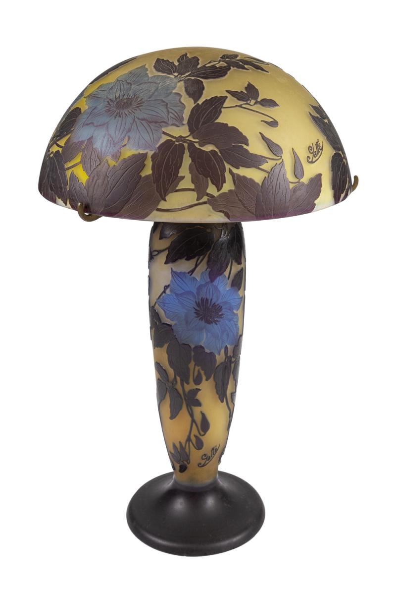 100- GALLE. Lampe champignon sur piedouche en verre gravé. Adjugé 9100€