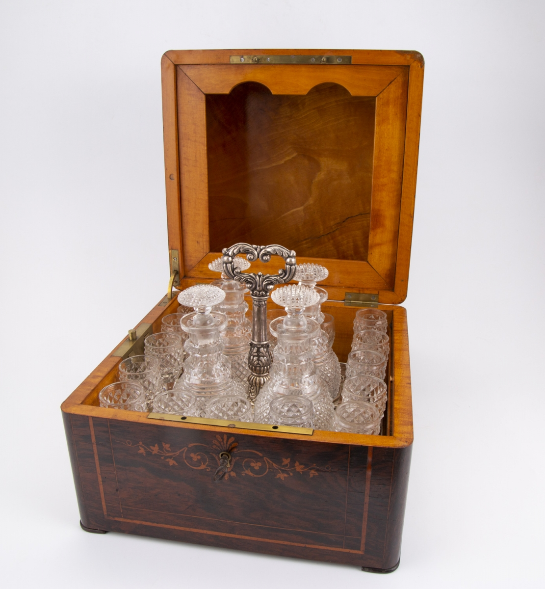 145- Cave à liqueur en placage de palissandre contenant 16 verres en cristal et 4 flacons. Adjugé 310€