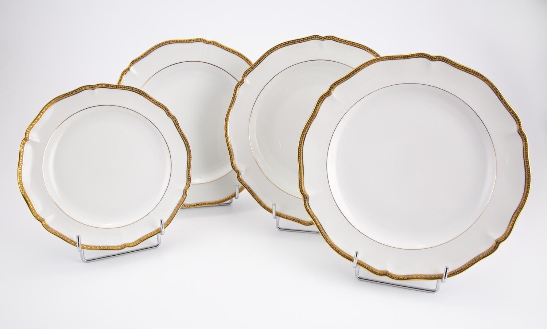 150- LIMOGES France. Partie de service de table en porcelaine de 88 pièces. Adjugé 300€