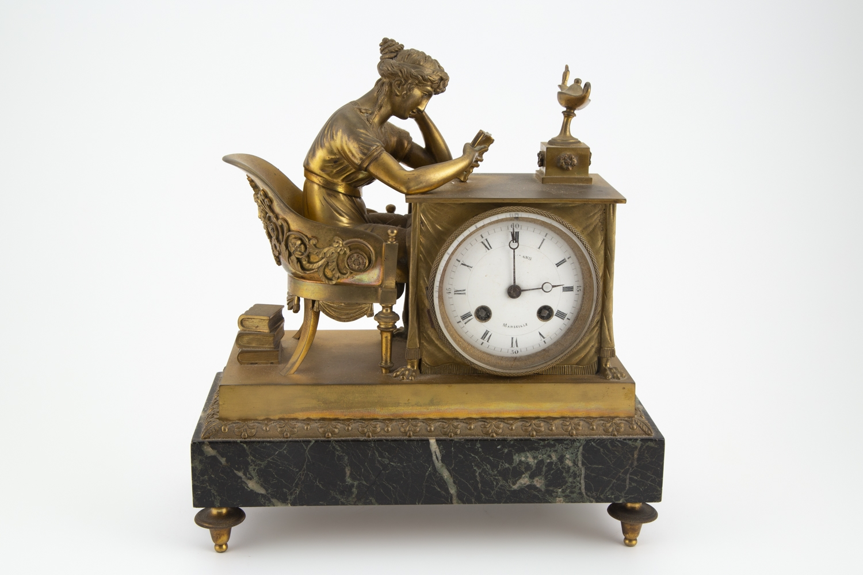 175- Pendule en bronze doré reposant sur une base en marbre, époque XIX°. Adjugé 550€