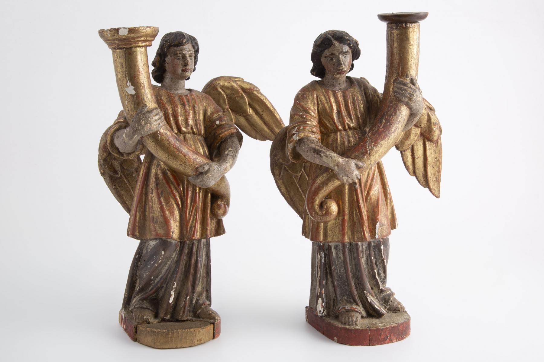 228- Paire d'anges céroféraires en bois sculpté polychromé et et doré. Adjugé 400€