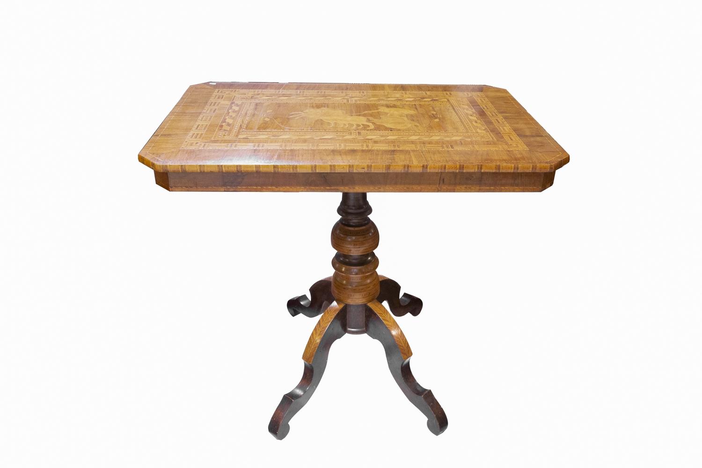 264- Table de salon ornée d'un plateau marqueté. Adjugé 250€