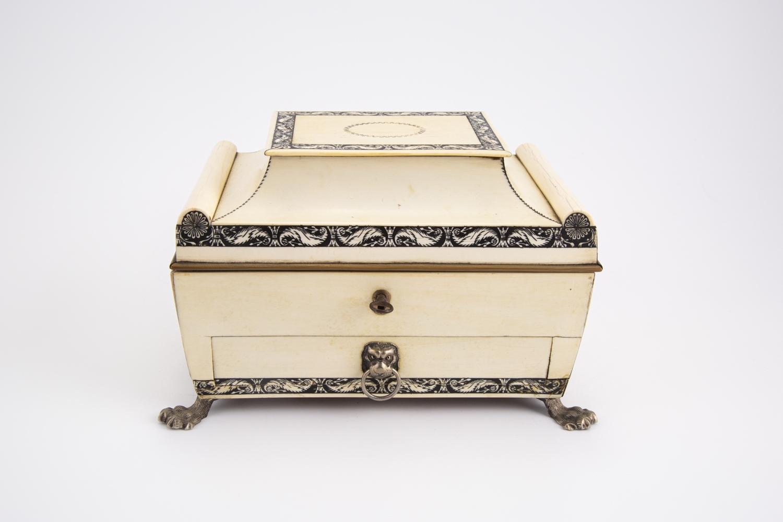 51- Coffret à bijoux en ivoire et métal argenté. Adjugé 450€