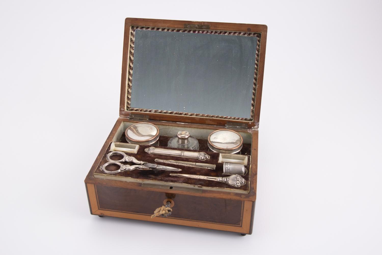 61- Boîte musicale contenant un nécessaire de couture. Adjugé 250€