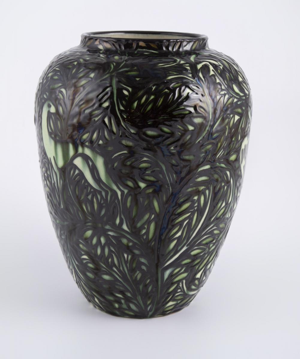 145- Max LAUGER (1864-1952). Vase de forme ovoïde en céramique. H26cm. Adjugé 310€ 2