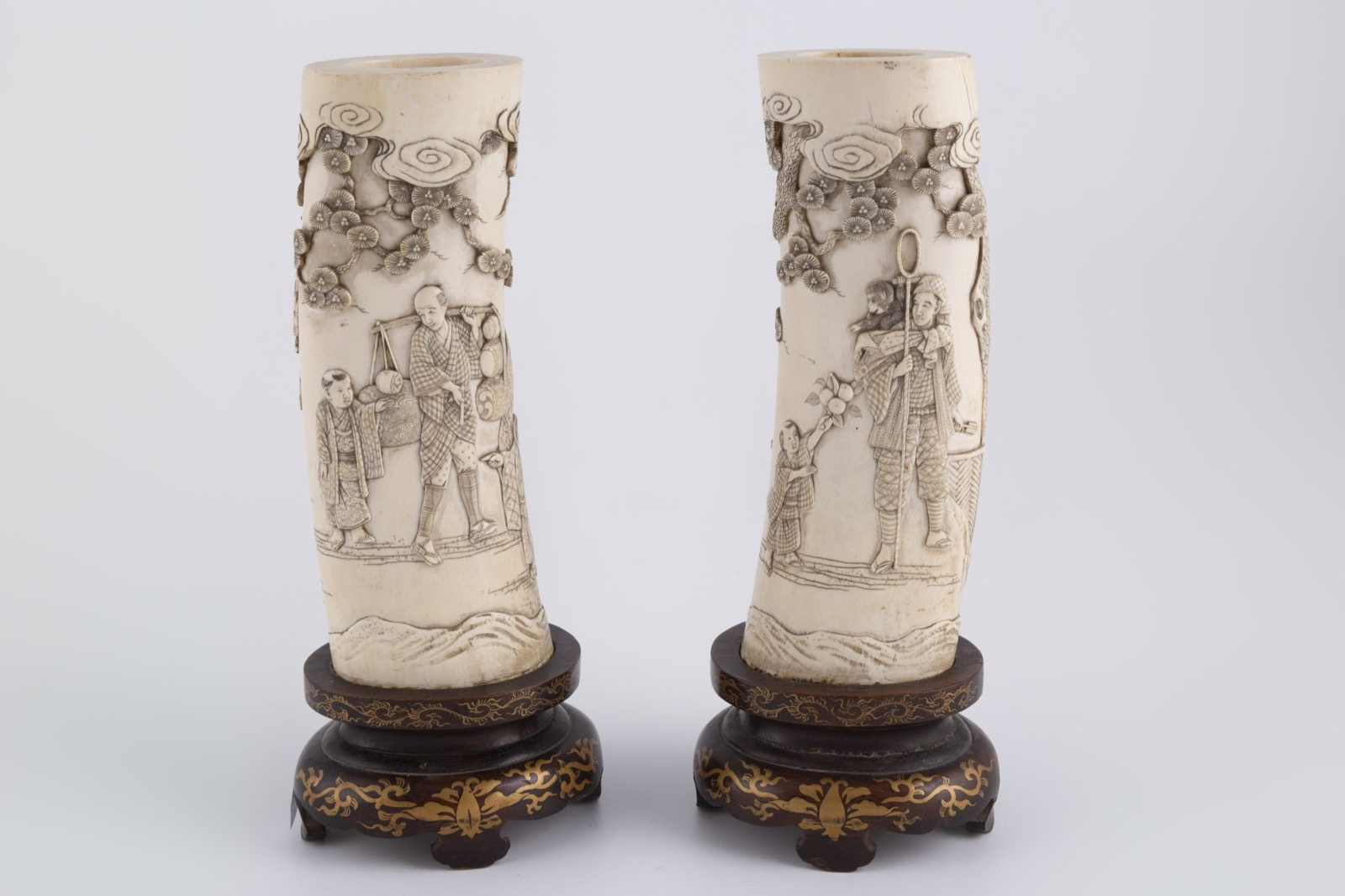 23- Paire de défense en ivoire sculpté à décor de personnages. Adjugé 300€ 2