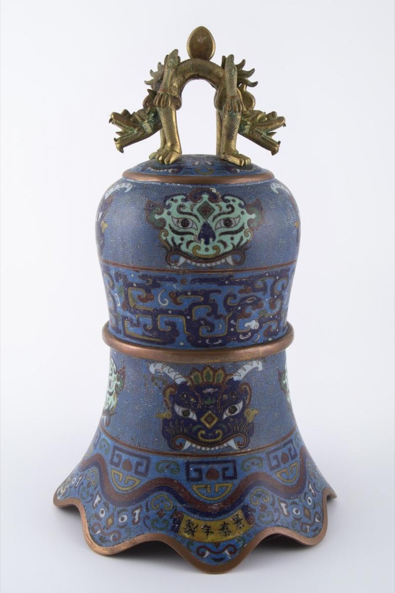 36- Chine XIX-XXème siècle. Cloche en bronze et émaux cloisonnés. Adjugé 500€ 2