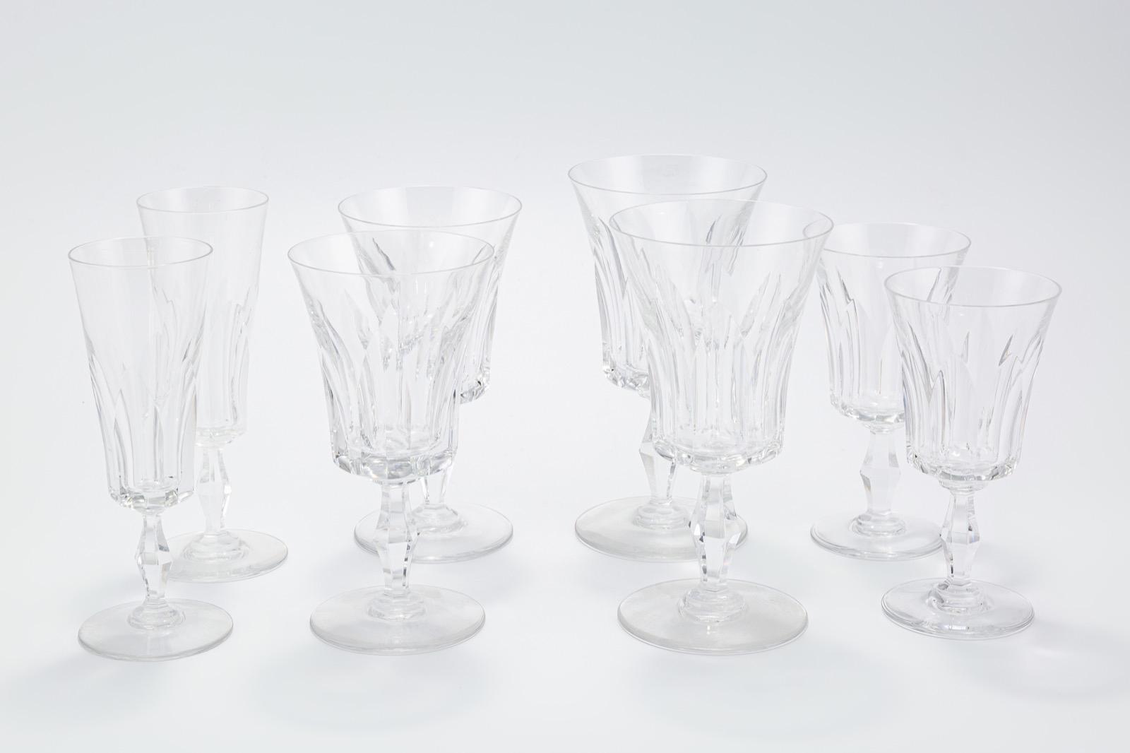 43- BACCARAT, France. Partie de service de verres en cristal taillé de 48 pièces. Adjugé 400€ 2