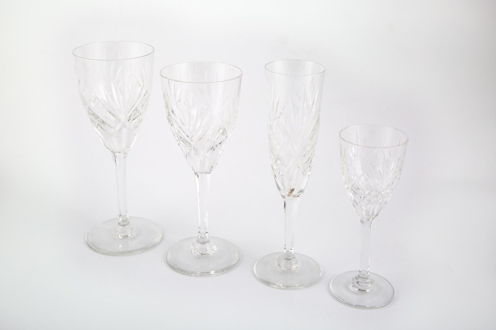 46- SAINT LOUIS, France. Partie de service de verres en cristal taillé de 41 pièces. Adjugé 320€ 2