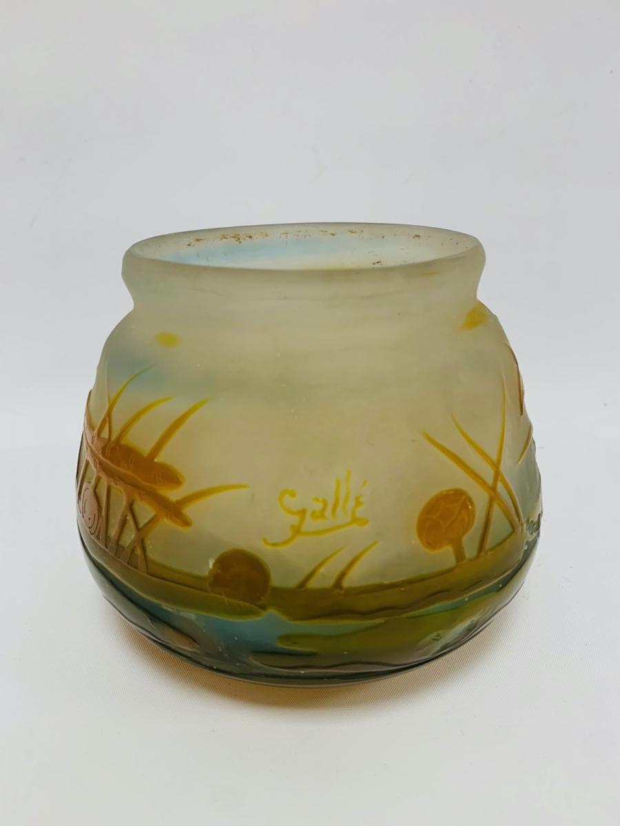 80- GALLE. Bouquetière en verre gravé à décor dégagé à l'acide.H12cm. Adjugé 400€ 2