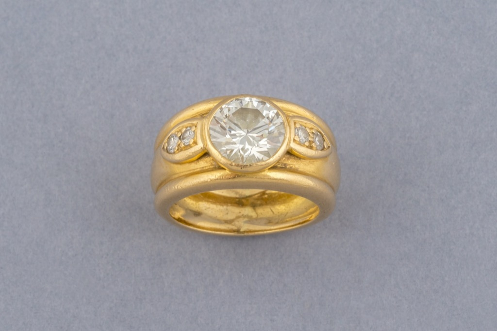 100 Bague solitaire en or jaune 18K 750 sertie d'un diamant demi taille pour env.2cts. Poids brut 9,7g. Adjugé 7400€ 2